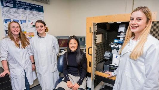 Prof. Huabing Yin (sitzend) und Mitglieder ihrer Gruppe mit dem JPK NanoWizard® Rasterkraftmikroskop und dem CellHesion® Modul an der Universität Glasgow