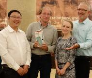 Der Gewinner des Poster Awards, Dieter Fischer (Zweiter von links) mit den Jury-Mitgliedern Katarzyna Marzec (Zweite von rechts) und Bo Peng (links) und WITec Geschäftsführer Joachim Koenen (rechts)