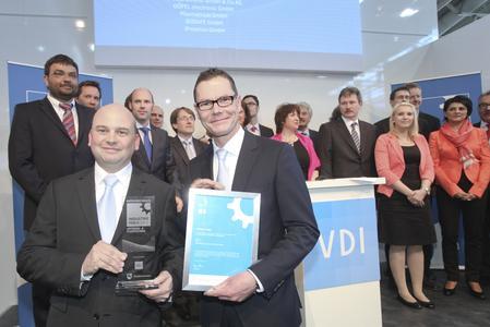 Den Pokal und die Urkunde fest in der Hand: INDUSTRIEPREIS 2012 - Sieger Antriebs- & Fluidtechnik, KSB AG: Dr. Thomas Paulus (l.) und Daniel Gontermann