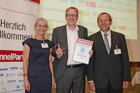 Bestes Systemhaus: Christian Cramer (mitte), Geschäftsführer der Systemhaus Cramer GmbH, mit Regina Böckle und Dr. Ronald Wiltscheck von ChannelPartner
