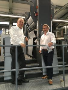 KURZ PF 158 ALFrank Denninghoff, Managing Director at Gräfe Druckveredelung, and Roland Seidl, Head of Sales Germany at Kurz, at the Gräfe print finishing facility (Photo: Kurz)