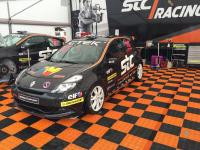 Racing-Team mit Boden-System SUPREME im Fahrerlager mit den Farben Schwarz und Oraynge