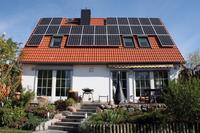 Das modernisierte Einfamilienhaus mit der neuen Photovoltaikanlage auf der Südseite des Daches (Fotos: bpr/IWO)