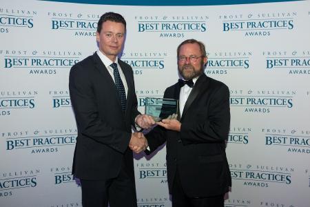 Jeff Frigstad (rechts), Global Senior Vice President of Best Practices bei Frost & Sullivan, überreicht den Award an Felix Blank (links), Vice President Product Strategy bei Secucloud