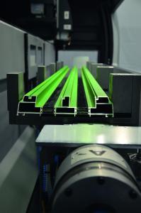 Zweistufiger Spannbereich ermöglicht das Spannen eines 3-gleisigen Schiebelementes der Serie ASS 70.HI / Bildnachweis: Schüco International KG