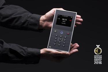 Das INTUS 5200 Zeiterfassungsterminal verfügt neben einem grafischen Display auch über fühlbare Funktionstasten und gibt über Signaltöne und Lautsprecher zusätzliche Informationen aus
