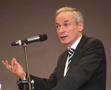 Wirtschaftsminister Richard Bruton bei der Standorteröffnung in Galway, Irland