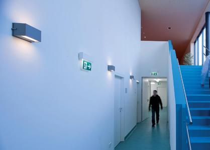 The true quality of an emergency lighting system becomes apparent not only in an emergency. Design, creative integration options and technical quality criteria, such as energy efficiency and maintenance comfort, play an important role as well