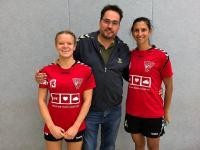 In der Mitte Lothar Zeyen, 1. Vorsitzender des HSV Bocklemünd; links Anna van den Bergh und rechts Alexandra Kenter, die Spielführerinnen der 2. Damenmannschaft des HSV Bocklemünd