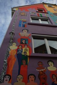 Dem Himmel entgegen scheinen sich die Figuren zu recken: Menschen aller Hautfarben, vereint an einem Ort