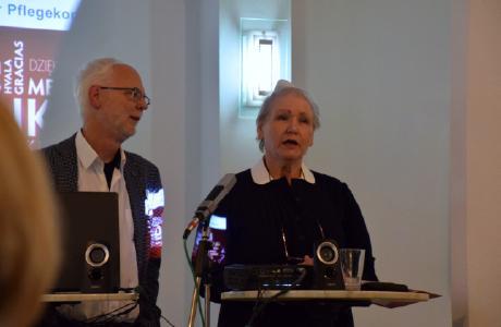 Joachim Becker (Projektkoordinator) und Doris Lepach (Trainerin) in historischer Schwesterntracht
