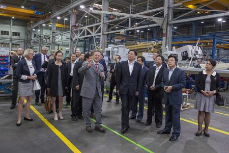 Die chinesische Delegation beim Betriebsrundgang durch den Aichtaler Betonpumpenproduzenten Putzmeister