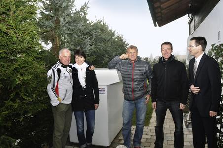 Sie setzen auf Wärmepumpen (von links): Fritz und Johanna Fischer, Installateur Hans-Peter Birnbacher sowie Holger Möller und Alf Roswag aus dem STIEBEL-ELTRON-Vertriebszentrum München