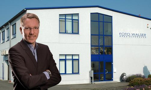 Geschäftsführer Niclas Walser vor dem Unternehmensgebäude