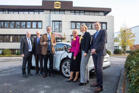 Der HARTING Vorstand freut sich über den kräftigen Zuwachs im Bereich Lade-Infrastruktur für Elektromobilität: Dr. Michael Pütz, Dietmar Harting, Philip Harting, Margrit Harting, Maresa Harting-Hertz und Andreas Conrad (von links nach rechts)
