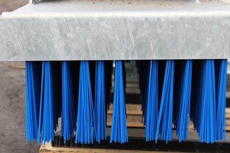 Die aktuellen KehrFixBesen sind komplett verzinkt und mit der neusten Generation Borsten (blau) bestückt.