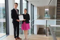 Jan Braunwarth, 18-jähriger Abiturient aus Assamstadt, ist Preisträger des WITTENSTEIN-Stipendiums 2018 – hier mit Dr. Anna-Katharina Wittenstein, Vorstand der WITTENSTEIN SE, in der Innovationsfabrik in Igersheim-Harthausen