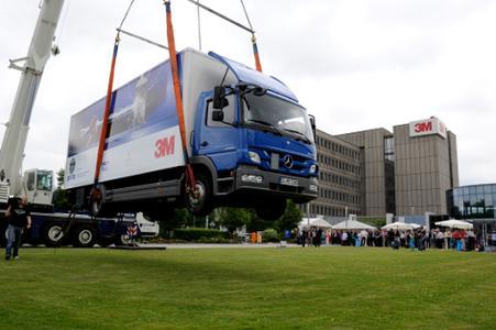 Eine Stunde hing der 10 Tonnen schwere LKW an einer 7 cm breiten Klebeverbindung 1,5 Meter über der Erde