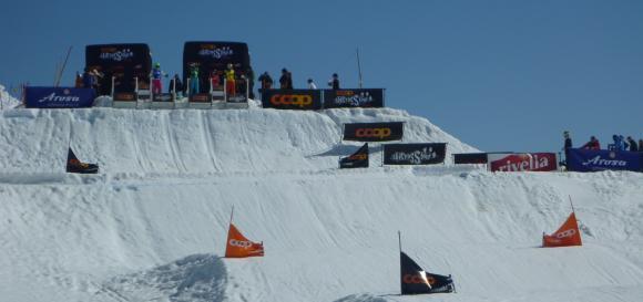Skicrosser am Start während der Tour in Arosa, Schweiz / Bildnachweis: Wikipedia, Fotograf Andres Passwirth