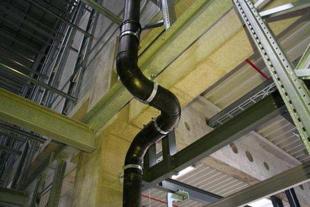 Komplettes System: Die Akatherm-Rohrleitungen sind in den Dimensionen d 40 - 315 mm, mit Anschluss- und Formstücken, erhältlich. Werkstoff ist ein schlagzäher, flexibler, leichter und getemperter PE-HD Kunststoff mit glatten Innenflächen.
