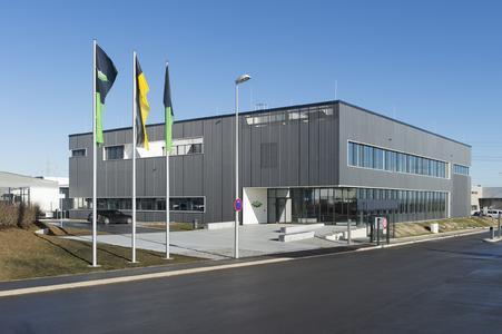 In dem dreigeschossigen, zehn Meter hohen Neubau mit fünf Räumen für theoretische und drei Räumen für praktische Fortbildungen können parallel mehrere Trainings und Schulungen stattfinden.