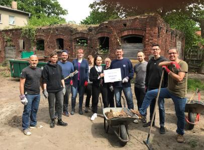 Die lekker-Mitarbeiter spuckten ordentlich in die Hände, um das Jona's Haus zu unterstützen (in der Bildmitte Prof. Angelika Bier und lekker-Pressesprecher Robert Mosberg)