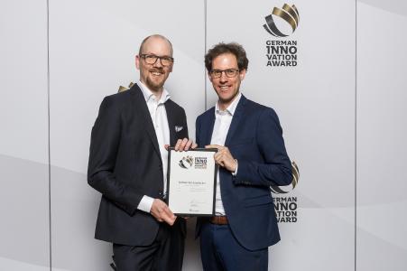 Dr. Markus Köster, Forschungs- und Entwicklungsleiter im Bereich Industrial Analytics (li.), und Tobias Gaukstern, Leiter der Business Unit Industrial Analytics (re.), nahmen stolz die Auszeichnung für die Softwarelösung in Berlin entgegen