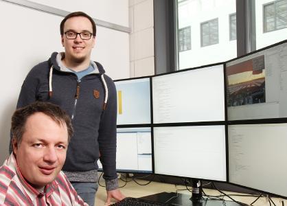 Die Kaiserslauterer Forscher Dr. Thomas Kuhn (vorne links) und Matthias Jung können mit ihrer Technik virtuell überprüfen, ob Hardware- und Softwarekomponenten zusammenpassen / Foto: Thomas Koziel