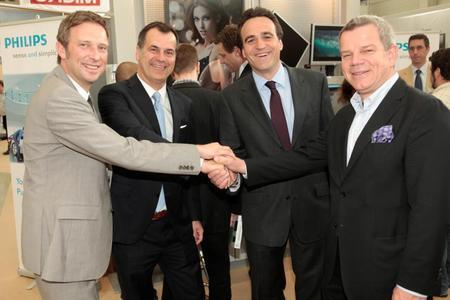 Ein starkes Team (v.l.n.r.): Christoph Dassau (IM), Thomas Schade (MMD), Marcus Adä, Vice President Sales (IM), und Sigi Pfeffer, Geschäftsführer der VUD GmbH, die als Partner von MMD den Vertrieb von LCDs in Deutschland und Österreich organisiert