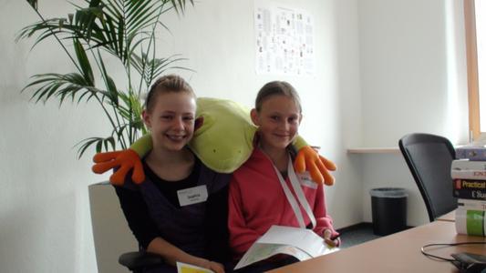 Sophia-Marie Henschel und Catharina Deeg erfahren mehr über das Internetportal Energiefrosch.de