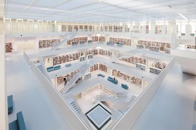 """Blick vom Lesegaleriesaal, der Bücher- und Medienebene, auf das zentrale Oberlicht des Kernstücks der Bibliothek, dem """"Bibliotheksherz"""" / Foto: GEZE"""