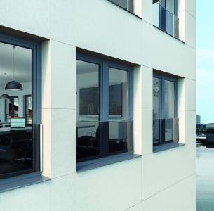 Die unauffällige transparente Schüco Absturzsicherung aus Glas ermöglicht den freien Blick nach außen, während die Fassadenansicht optisch nicht beeinträchtigt wird / Bildnachweis: Schüco International KG