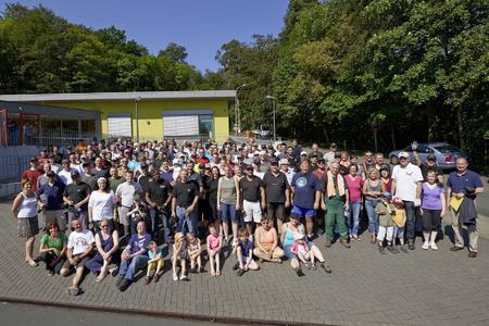 Zusammen mit den rund 140 Helfern von Rittal sowie Eltern, Lehrern, Schülern und Handwerkern waren am Samstag etwa 180 Freiwillige im Einsatz für den guten Zweck / Foto: Rittal Foundation