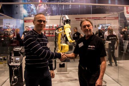 Die EWM AG beteiligt sich an der H. Euen GmbH, einem Systemhaus mit Komplettlösungen für die Roboter-Automation, Mechanisierung und Herstellung von Maschinenbaukomponenten für schweißtechnische Anwendungen. Das gaben Bernd Szczesny (rechts), Vorstandsvorsitzender der EWM AG, und Andreas Euen, Geschäftsführer der H. Euen GmbH auf der EuroBLECH bekannt.