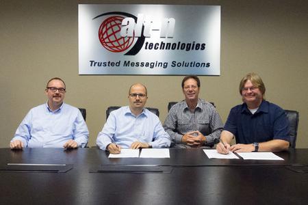 Vertragsunterzeichnung zwischen Alt-N und EBERTLANG. Von links: Volker Lang (CTO EBERTLANG), Steffen Ebert (CEO EBERTLANG), Jerry Donald (Co-CEO Alt-N) und Arvel Hathcock (CEO Alt-N)