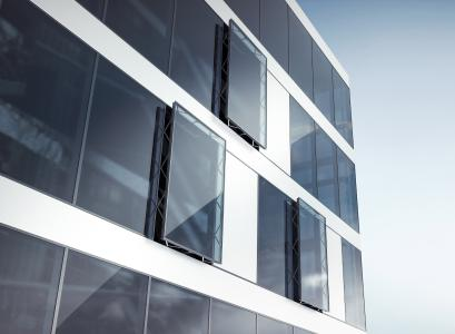 Parallelausstellfenster: RWA-Fenster können über das BACnet-Schnittstellenmodul IO 420 in das Gebäudeautomationssystem GEZE Cockpit oder in eine übergeordnete Gebäudeleittechnik eingebunden werden / Foto: GEZE GmbH