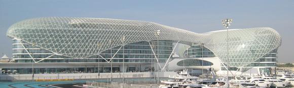 Über 5.000 verschiedene Fassaden-Rahmen fertigte HAI für das Hotel Yas Island in Abu Dhabi. Jeder einzelne Rahmen hatte ein anderes Maß und musste individuell angepasst werden. Mit seinem umfangreichen Maschinenpark kann Hai auch solche Großaufträge zügig abarbeiten