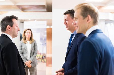 Balról jobbra: Ésik Róbert, a Nemzeti Befektetési Ügynökség (HIPA) elnöke beszélget Ines Kaindl asszonnyal, a SWISS KRONO GROUP igazgatótanácsának elnökével és Max von Tippelskirchhel, a SWISS KRONO GROUP marketingigazgatójával / © Attila Balázs / SWISS KRONO