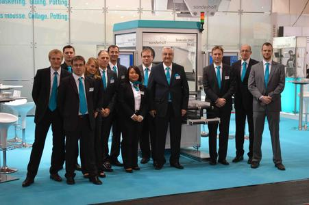 The Sonderhoff show team at the Fakuma 2012 presented to the highly interested professional visitors the new dispensing cell SMART - DM 402, optionally equipped with optics for automatic part recognition