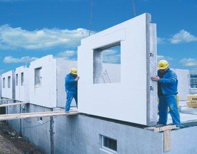In modernen Betonwerken werden poraForm-Massiwandelemente nach Plan produziert und auf der Baustelle zum kompletten Haus montiert. Foto: Dennert Poraver GmbH