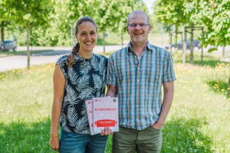 Sie haben das KI-Kochbuch entwickelt: Gero Szepannek, Professor für Statistik, Wirtschaftsmathematik und Machine Learning an der Hochschule Stralsund in der Fakultät Wirtschaft und Projektmitarbeiterin Rabea Aschenbruck.