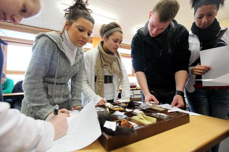 Woher kommen die verschiedenen Waren? Schülerinnen und Schüler der Wilhelm-Olbers-Schule in Bremen verfolgen die globalen Spuren