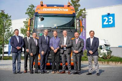 Vor dem siegreichen Volvo FH auf dem IAA-Außengelände von Volvo Trucks: Werner Bicker (3.v.l.); Jürgen Schwarzer (4.v.r.); Martin Lundstedt (3.v.r.); Joachim Fehrenkötter (2.v.r.); Christian Coolsaet (rechts)