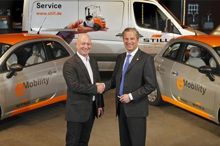 Sirri Karabag, Geschäftsführer Karabag GmbH, übergibt eine Flotte von 16Karabag New 500 E an Bert-Jan Knoef, Vorsitzender der STILL-Geschäftsführung, Foto: STILL GmbH