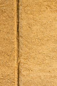 Hanffasern geben den CapaCoustic Nature Platten ihre natürliche Struktur. Die in drei Farbtönen gespritzte Silikatfarbe Caparol Sylitol Bio Innen lässt die Poren offen für die Schallaufnahme (Foto: Caparol Farben Lacke Bautenschutz/Martin Duckek)