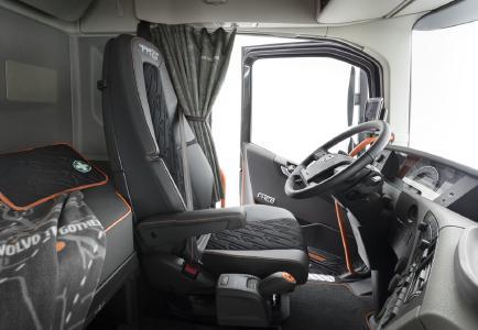 """Im Innenraum der Volvo FH """"25 Year"""" Sonderedition zählt Orange zu den vorherrschenden Farben. Das ist eine Hommage an unser langjähriges Engagement für Sicherheit und verleiht dem Fahrerhaus gleichzeitig ein markantes und modisches Aussehen"""