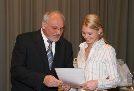 Kammerpräsident Walter Tschischka gratuliert der besten deutschen Orthopädiemechanikerin und Bandagistin, Sandra Fischer aus Mannheim, zu Ihrem ersten Platz im Leistungswettbewerb 2007