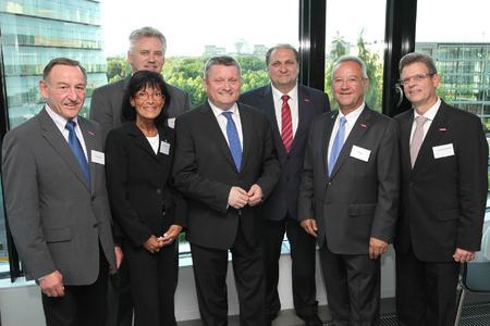 """v.l.n.r. Werner Dierolf (ZVOS), Marianne Frickel (biha), Klaus-Jürgen Lotz (BIV OT), Bundesgesundheitsminister Hermann Gröhe, ZDH-Präsident Hans Peter Wollseifer, Uwe Breuer (VDZI) und Thomas Truckenbrod (ZVA) (Quelle: """"ZDH/Agentur Bildschön"""")"""