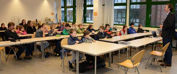 Schulkinder löchern Professor mit Fragen