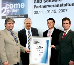 GSD-Geschäftsführer Hans Rebhan (zweiter von links) überreicht gemeinsam mit seinem Marketing- und Vertriebsleiter Michael Funk (zweiter von rechts) den Preis an die yourIT-Geschäftsführer Ralf (links) und Thomas Ströbele (rechts).